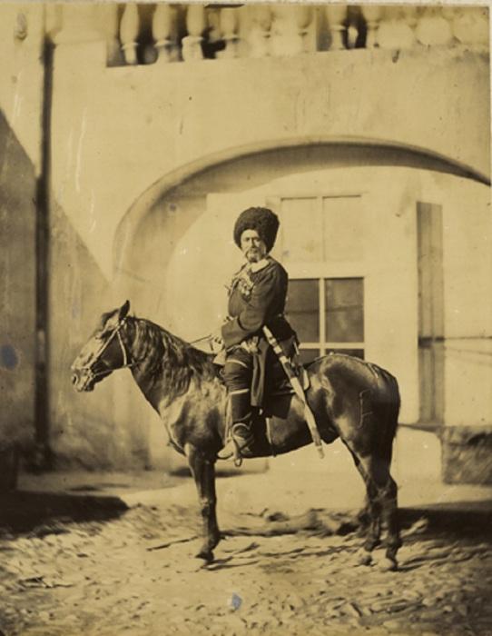 Есаул верхом на лошади.