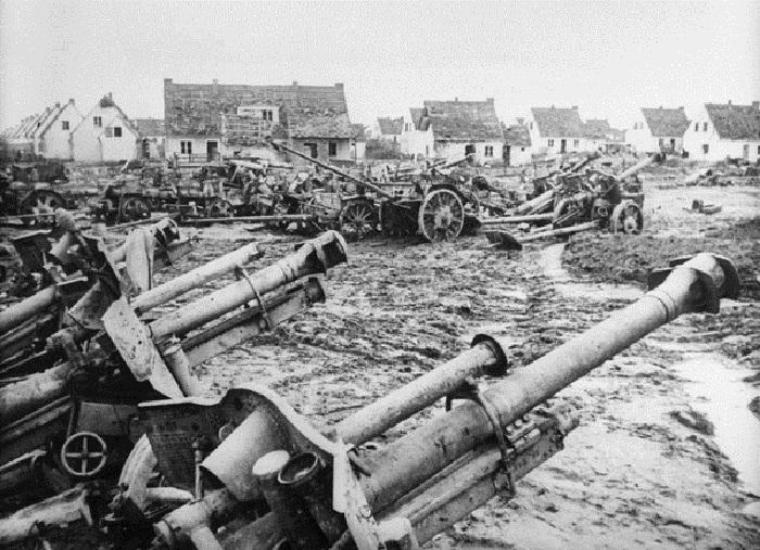 Захваченные советскими войсками в боях за Зееловские высоты немецкие 105-мм полевые гаубицы.