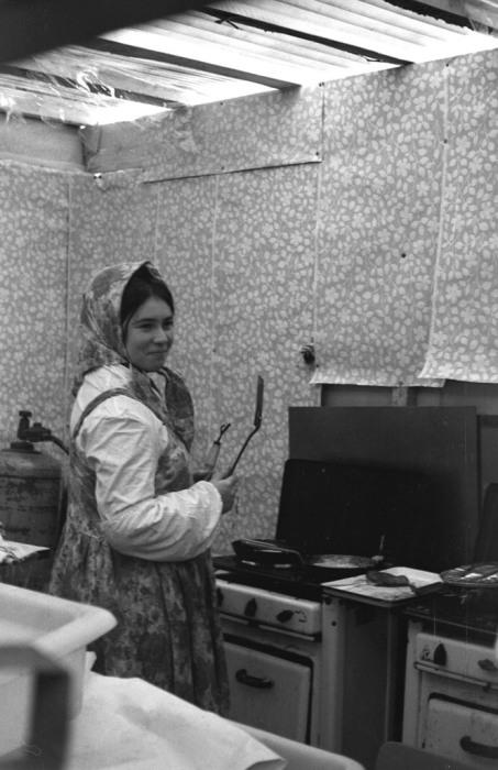Женщина, пекущая блины на Масленицу. СССР, Ярославль, 1960-е годы.
