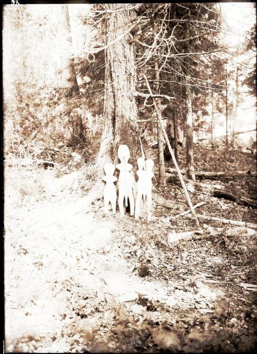 Куклы, вырезанные из дерева, срубленного в кедровой роще возле озера.