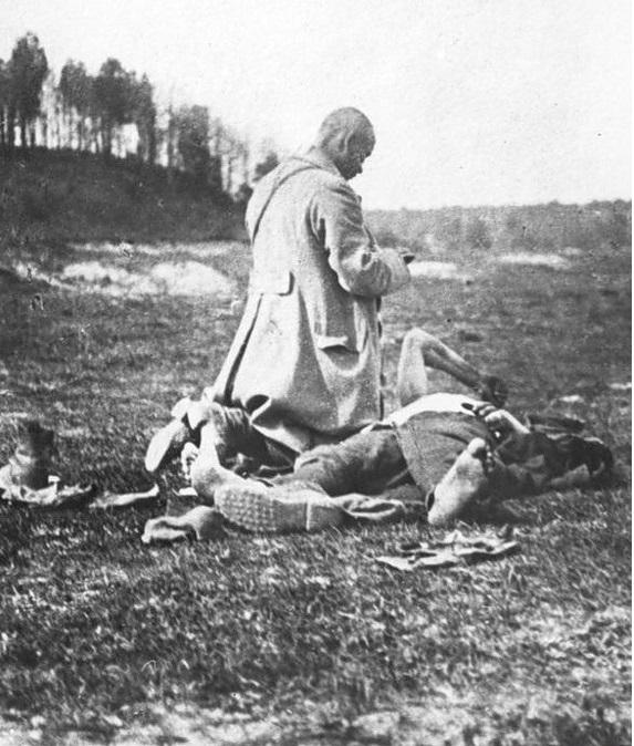 Капелан, дающий последнее напутствие раненому солдату. 1920 год.