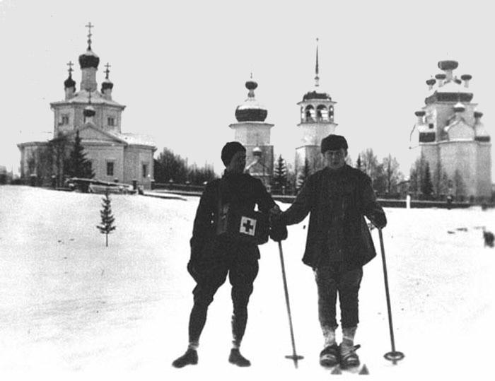 Американец и французский санитар на лыжах.