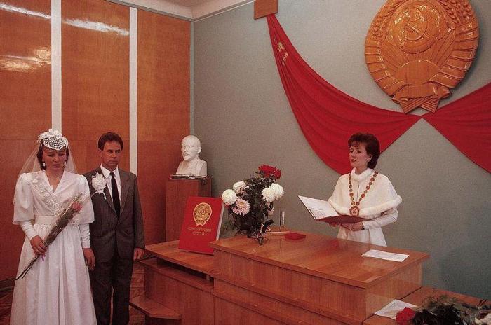 Регистрация брака в отделениях ЗАГСа. СССР, Черновцы, 1988 год.
