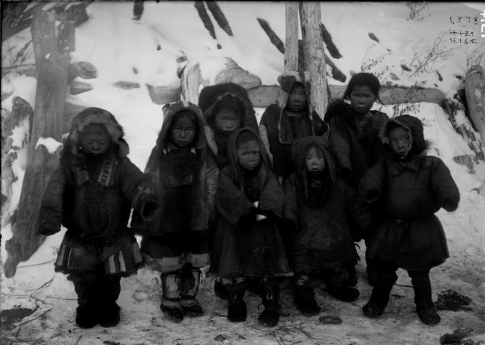 Дети коряков-охотников. Камчатский край, начало 20 века.
