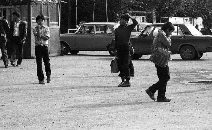 Дети, показывающие неприличные жесты. СССР, Узбекистан, Самарканд, 1984 год.