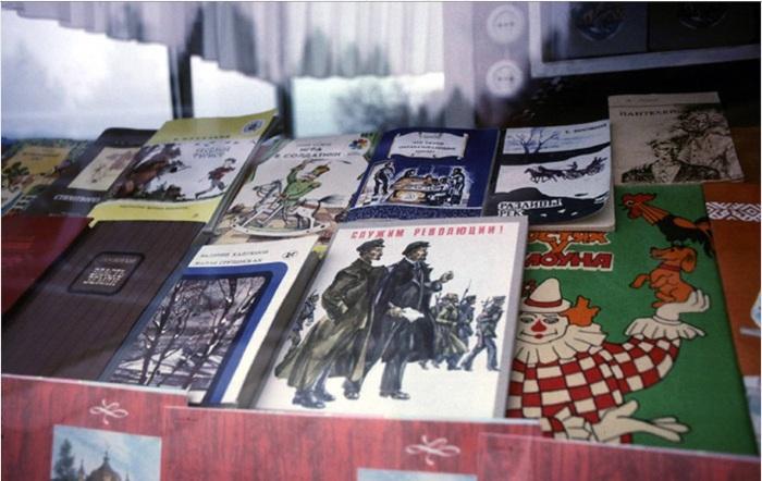 Детские книги на витрине в магазине. СССР, Иркутск, 1988 год.