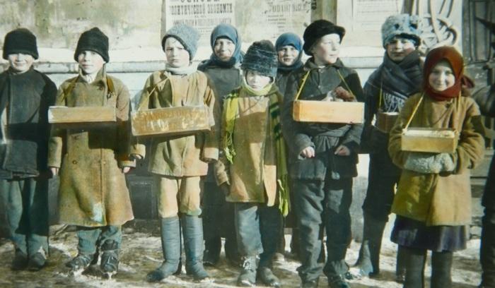 Дети, торгующие конфетами и сигаретами.