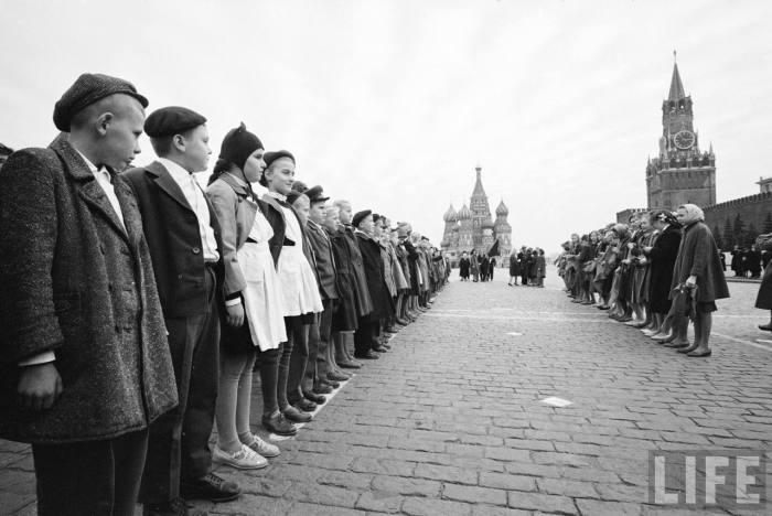 Детей принимают в пионеры на Красной площади. СССР, Москва, 1961 год.