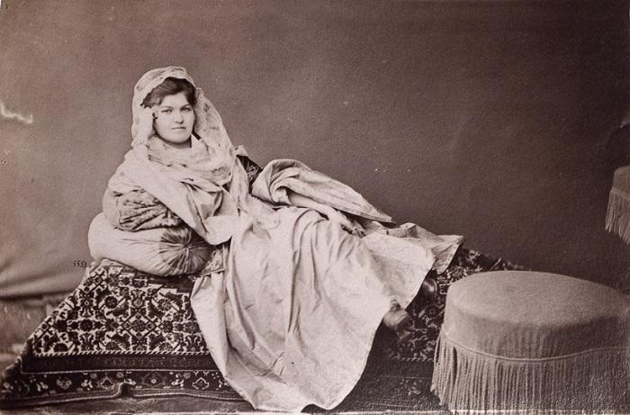 Черкешенка во время отдыха на своем ложе. Персия, Тегеран, 1870-е годы. Фото: Dmitry Ermakov.