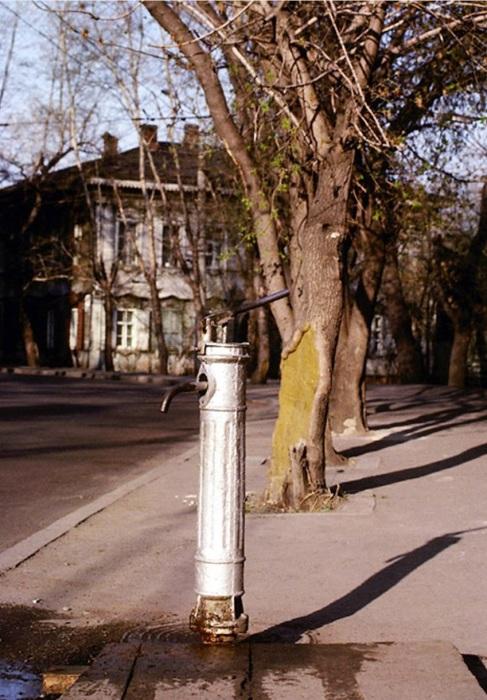 Колонка с питьевой водой на улице. СССР, Иркутск, 1988 год.
