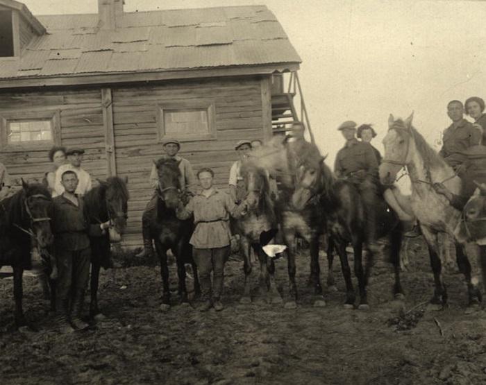 Члены коммуны Икор со своими лошадьми. СССР, 1930 год.
