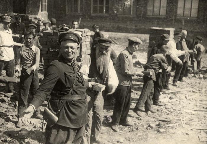 Конвейерная система передачи кирпичей. СССР, Киев, 1930 год.