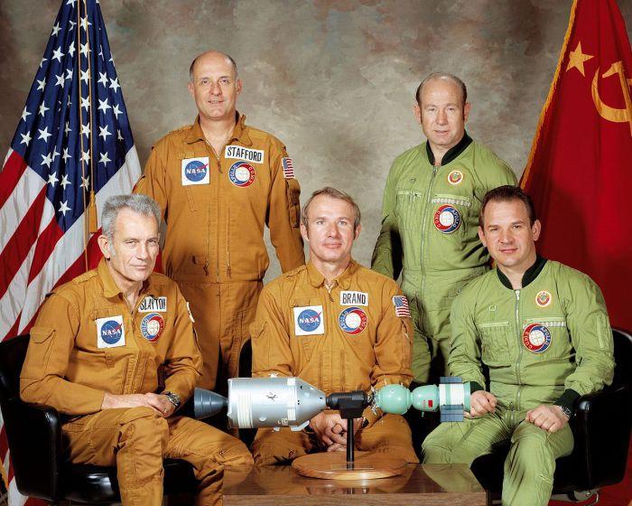 Групповой снимок - советский и американский экипажи. США, 1975 год.