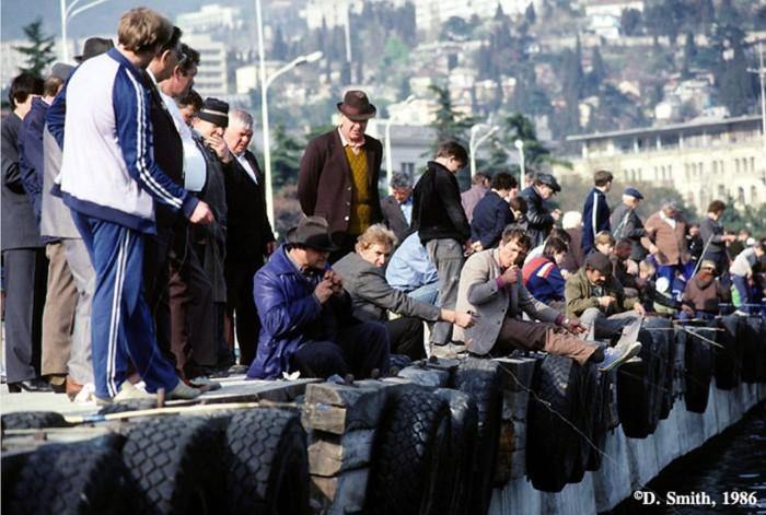Множество рыбаков в Ялтинском порту. Крым, Ялта, 1988 год.