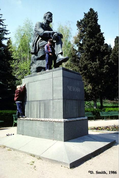 Дети, лезущие на памятник Чехову. Крым, Ялта, 1988 год.