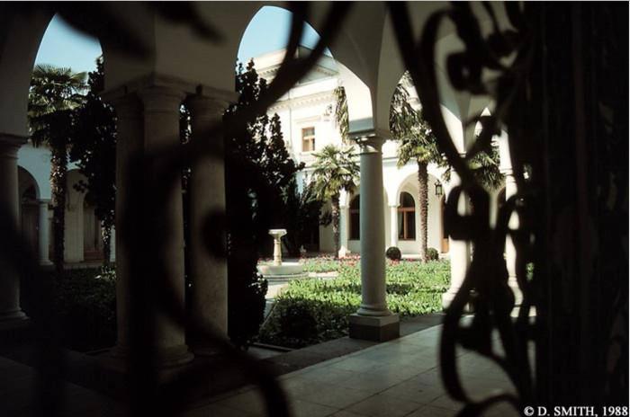 Двор здания, где состоялась Ялтинская конференция. Крым, Ялта, 1988 год.