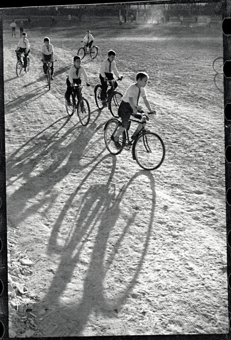 Пионеры катающиеся на велосипедах на территории стадиона.  Фото: Max Penson.