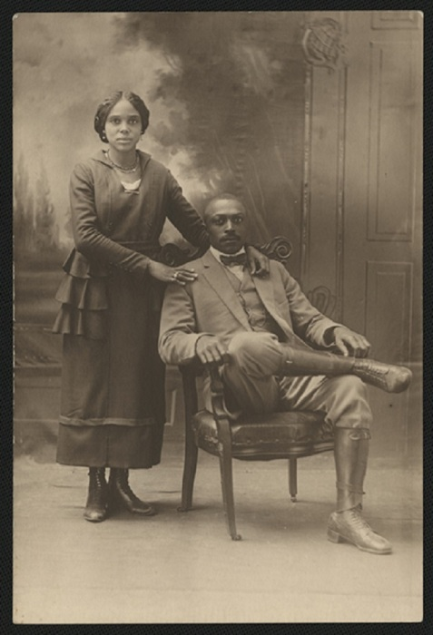 Темнокожая пара на фотографии начала XX века.