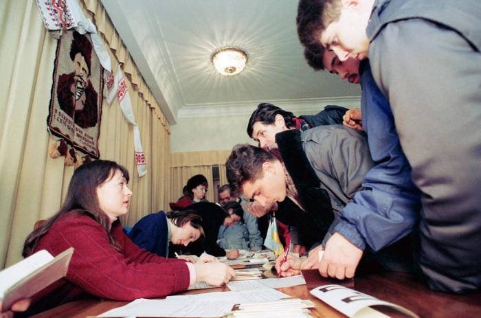Граждане Украины голосуют на референдуме за выход из состава Советского Союза в посольстве Украины в Москве. 1 декабря 1991 год.