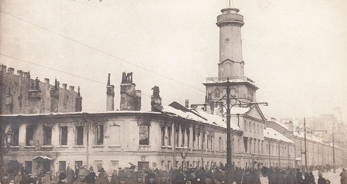 Толпы людей возле разгромленной полицейской части. Петроград, 1917 год.