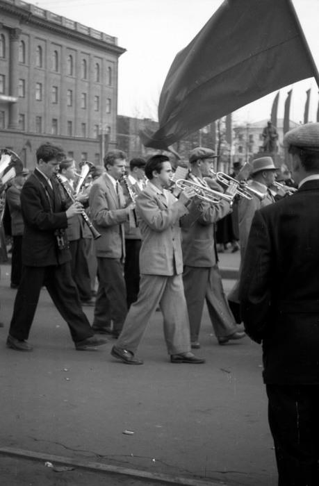 Музыканты во время демонстрации. СССР, Ярославль, 1970-е годы.