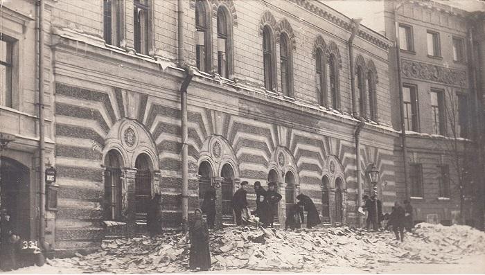 Выброшенные из окон разгромленного полицейского архива  уголовные дела. Петроград, 1917 год.