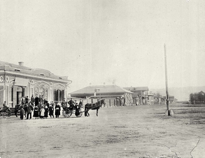 Люди на углу Ново-базарной площади.