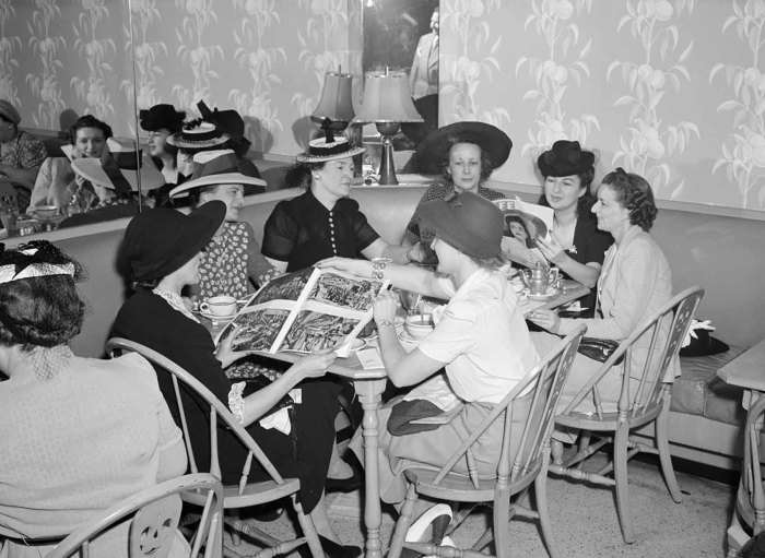 Покупательницы обедают при магазине в универмаге Кроули Милнер в июле 1941 года.
