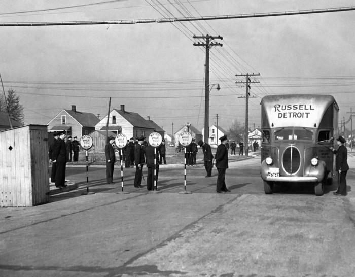 Более 1500 военных и полицейских города и штата охраняют перевозимых в автофургонах работников. Детройт, 29 апреля 1942 года.