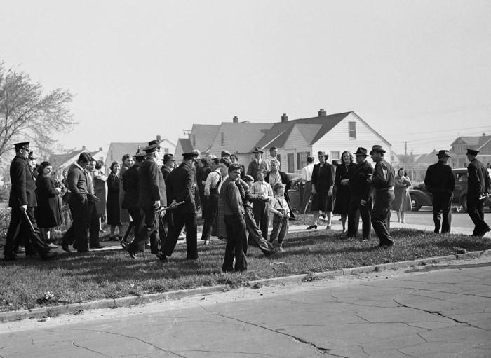 Полиция Детройта разгоняет пикетчиков 29 апреля 1942 года.