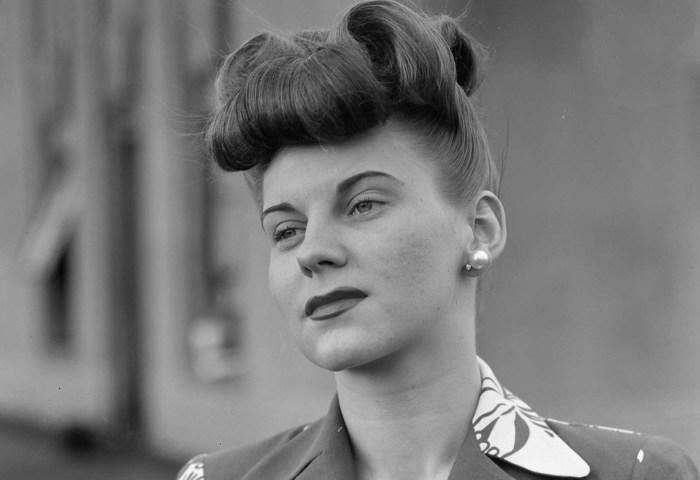 Во время модного показа от фан-клуба девушек корпорации Chrysler, проводимого в магазине Saks Fifth Avenue в Детройте, весной 1942 года.