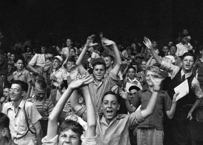 Подростки на футбольном матче на Бриггс-стадион. Детройт, август 1942 года.