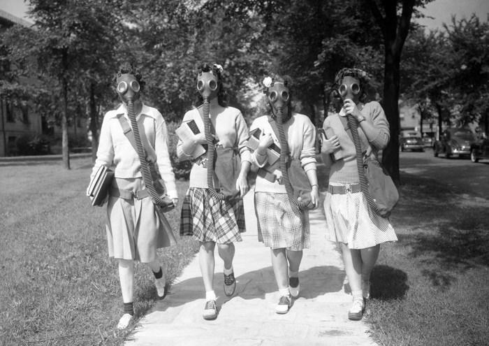 Студентки из университета Детройта испытывают противогазы на практике. Студенческий городок, 23 июня 1942 года.