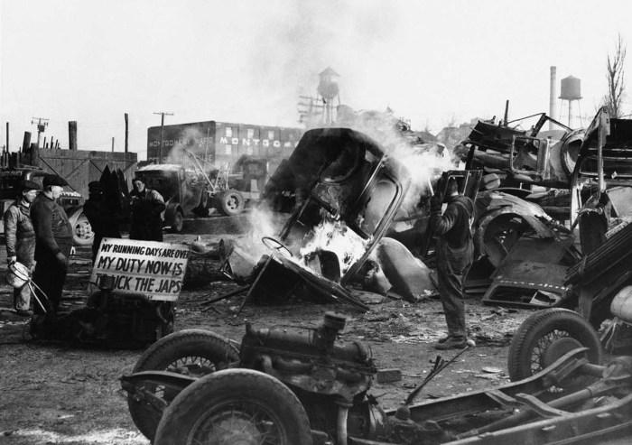 Автомобильная свалка в Детройте. Штат Мичиган, 23 января 1942 года.