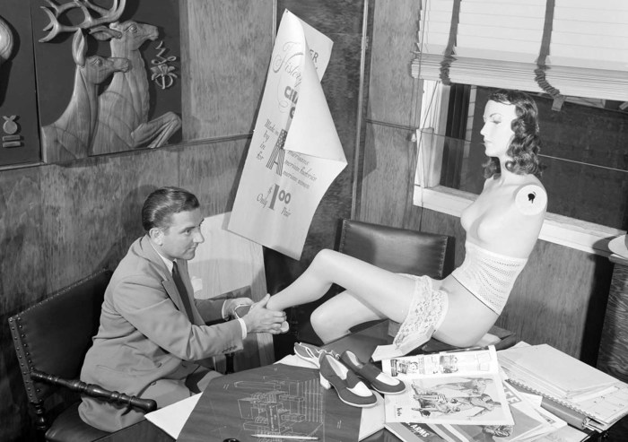 В детройтском универмаге Кроули Милнер, глава отдела дизайна готовит манекен. июль 1941 года.