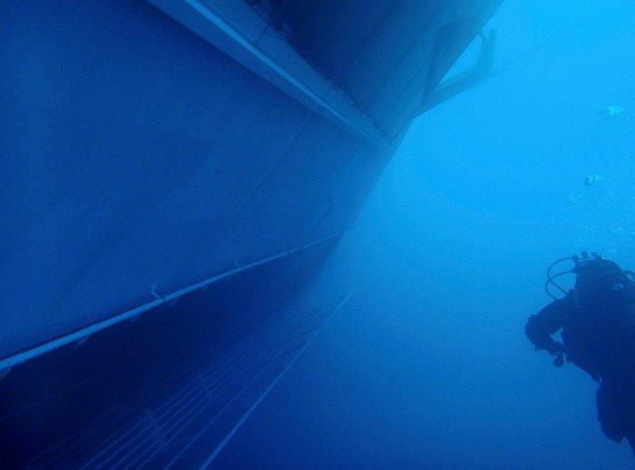 Водолаз проплывающий у правого борта полузатонувшего судна. 16 января 2012. | Фото: loveopium.ru.