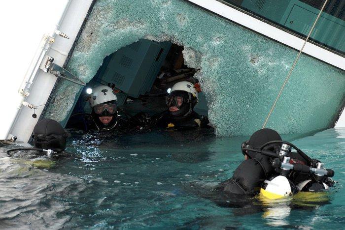 Спуск водолазов под воду внутри полузатонувшего круизного лайнера Costa Concordia. 17 января 2012 года. | Фото: loveopium.ru.