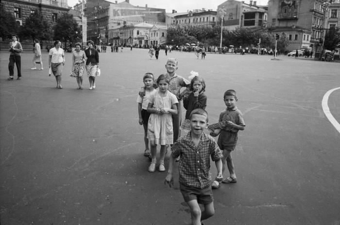 Дети и подростки, гуляющие на площади Дзержинского. СССР, Москва, 1961 год.