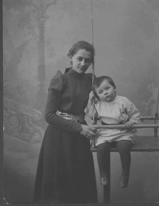 Пешкова, жена Горького с сыном Максимом. Город Нижний Новгород, 1900 год. Фото: M. P. Dmitriev.