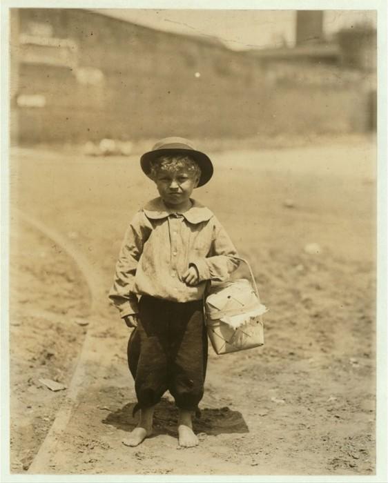 Мальчик, доставляющий ужин для рабочих. Апрель 1913 года.