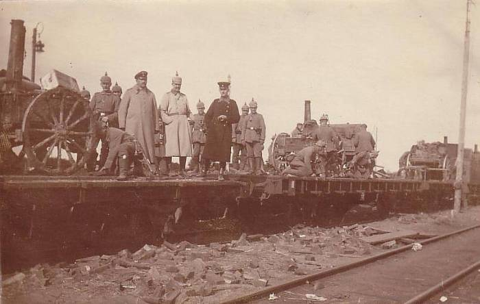 Солдаты и офицеры на поезде во время погрузки боевой техники.