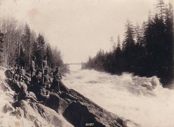 Немецкие солдаты, отдыхающие возле финского водопада.