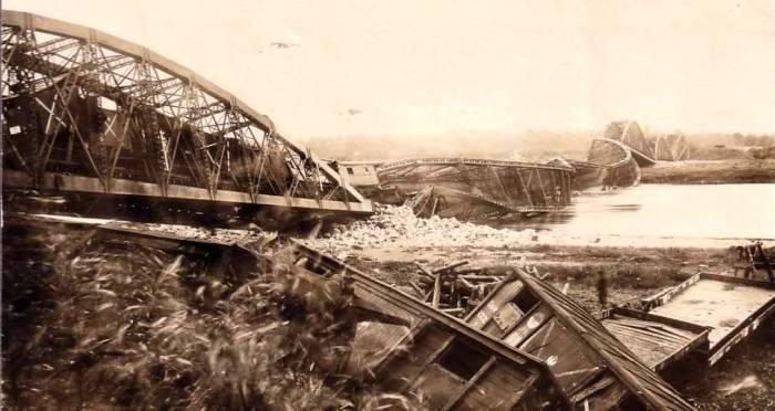 Уничтоженный при отступлении русской армией мост.