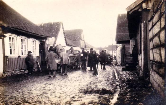 Распределение бесплатного продовольствия пострадавшим на Восточном фронте.