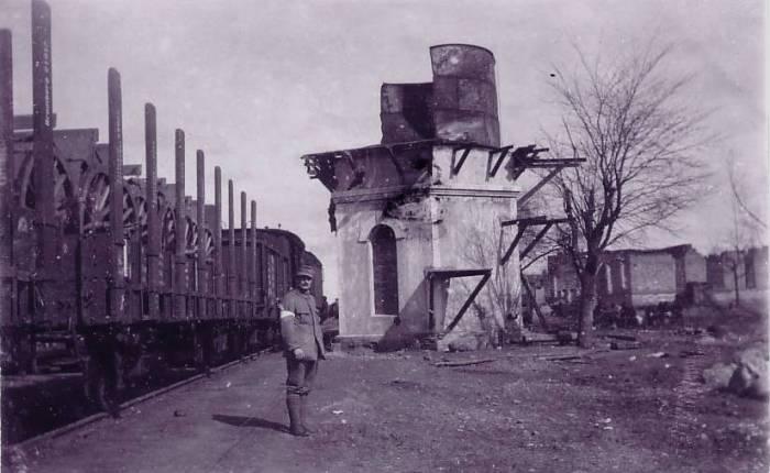 Железнодорожник контролирующий прибытие и отправку поездов.