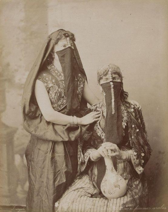 Две арабские женщины.