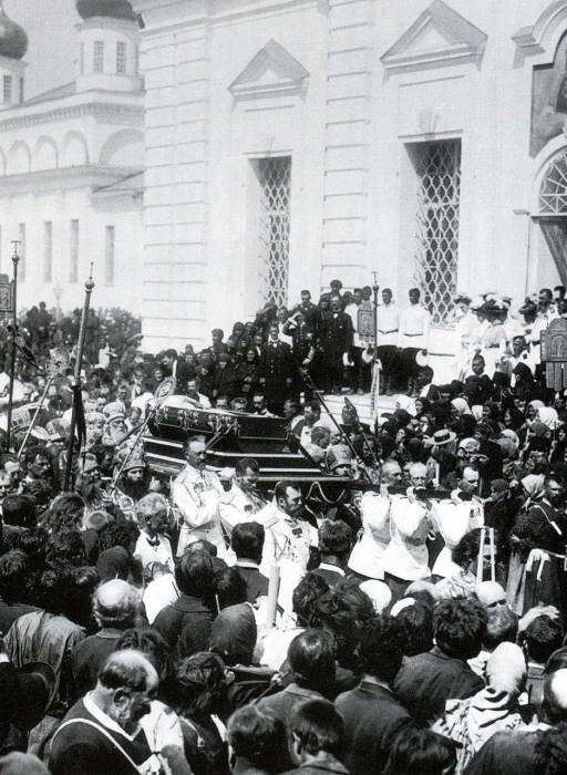 Император Николай II и Великие князья несут гроб с мощами Серафима Саровского в 1903 году.