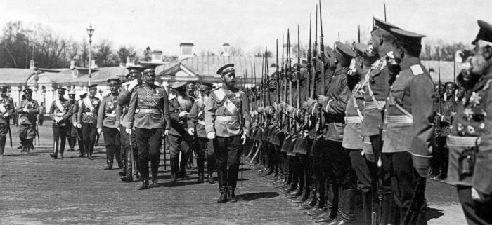 Император Николай II и командир полка генерал-майор Кисилевский обходят строй. Царское Село, 17 мая 1909 года.