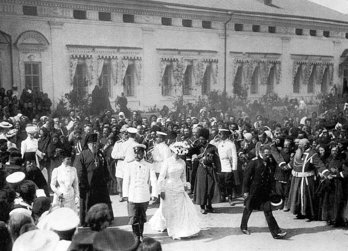 Выход царской четы и членов императорской фамилии.