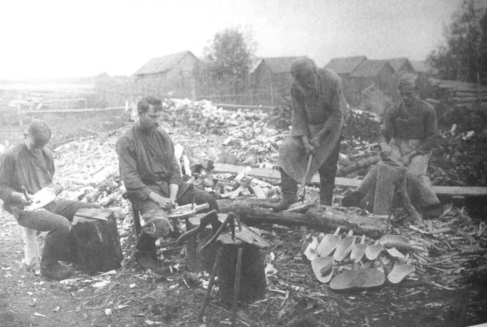 Резьба по дереву, семейный промысел. Владимирская губерния, Покровский уезд, 1913 год.